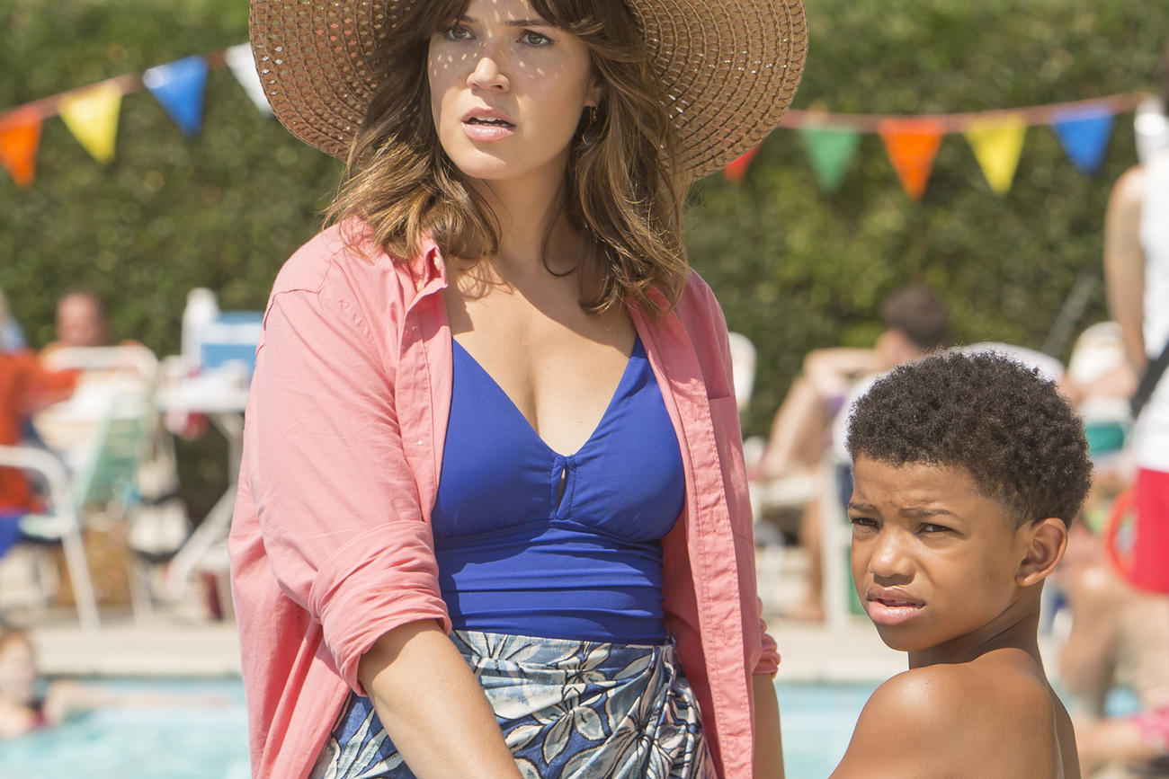 "Mandy Moore apparently has ""four different sets"" of pregnancy boobs, all thanks to ""This Is Us"""