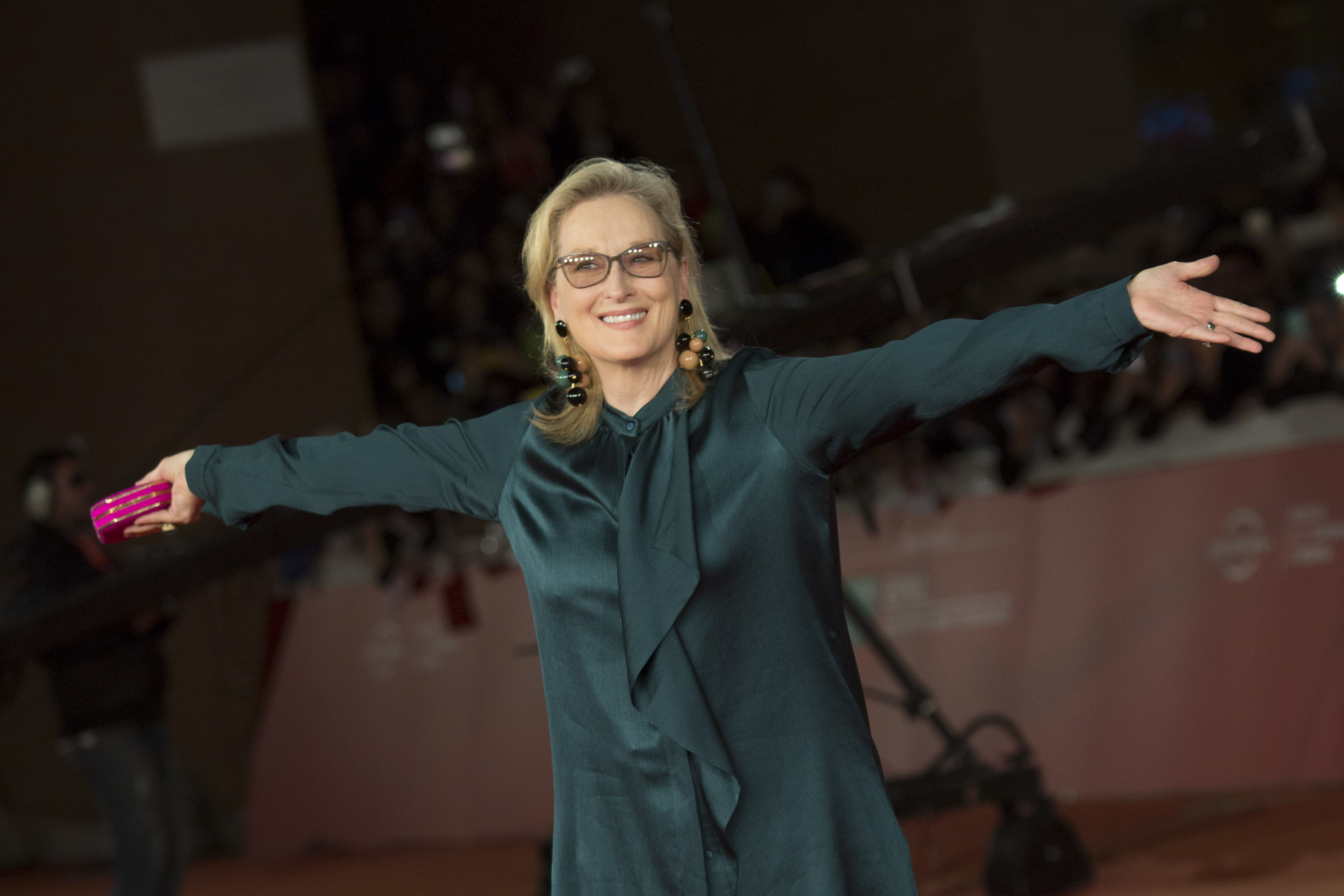 Meryl Streep's Oscar statement is a GIF, because #Queen
