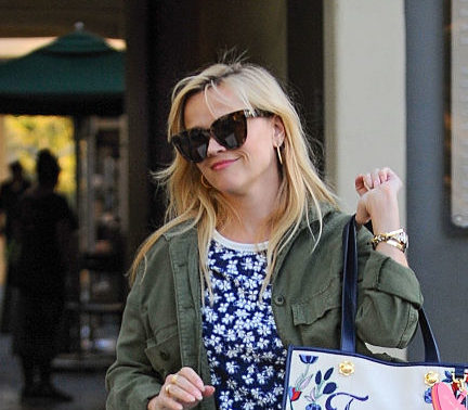 Reese Witherspoon's meta tote bag is adorable and reminds us of a 2017 Elle Woods