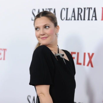 "Drew Barrymore poses with raw steak (and still looks chic) at the ""Santa Clarita Diet"" premiere"