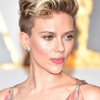 "Scarlett Johansson's Oscars hair is sort of a glamorous ode to ""There's Something About Mary"""
