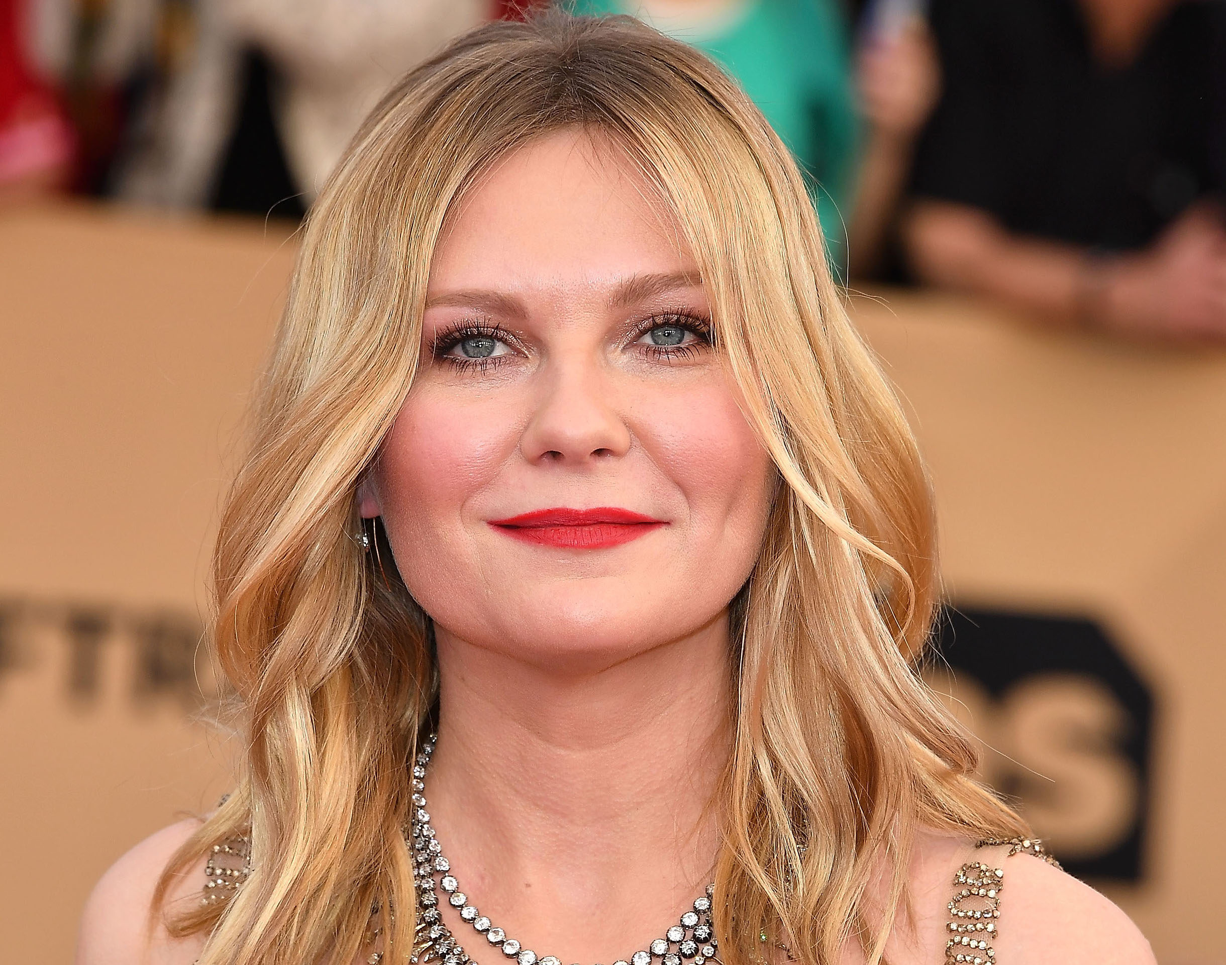 Kirsten Dunst could easily inspire a painting in this 3D floral dress