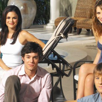 """Rachel Bilson's reunion with this OC alum will make you dance excitedly to Rooney's """"I'm Shakin'"""""""