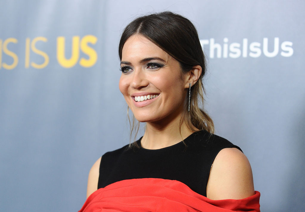 "Mandy Moore went dressed as her favorite emoji to the ""This Is Us"" finale"
