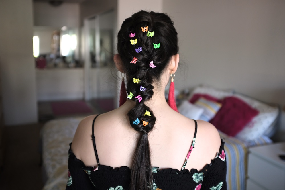 Here's how you can bring back the butterfly clip trend of the '90s for your Coachella hairstyle