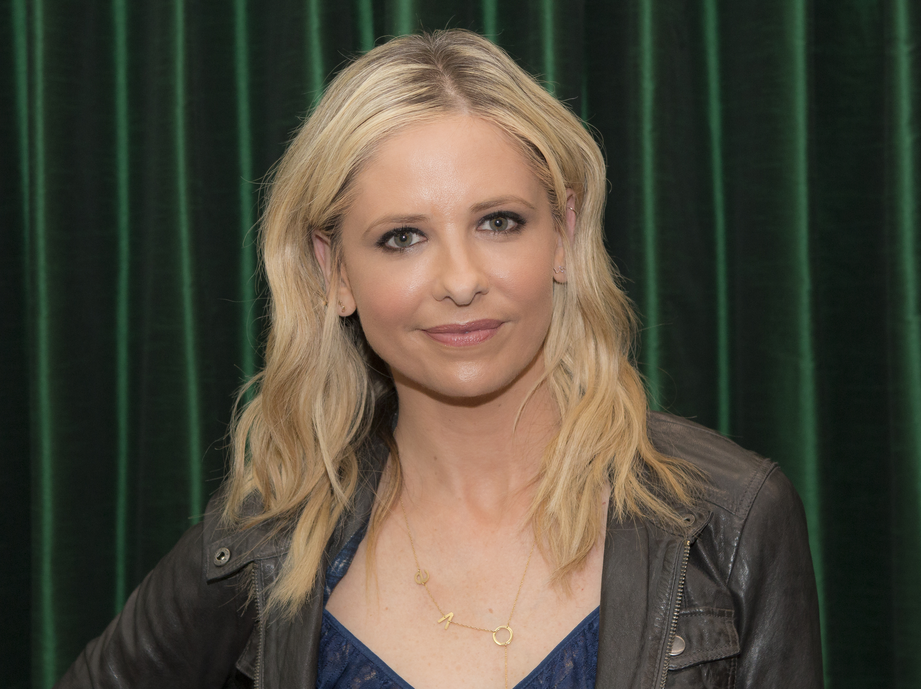 Sarah Michelle Gellar has a Buffy the Vampire Slayer-themed purse, and we need one too
