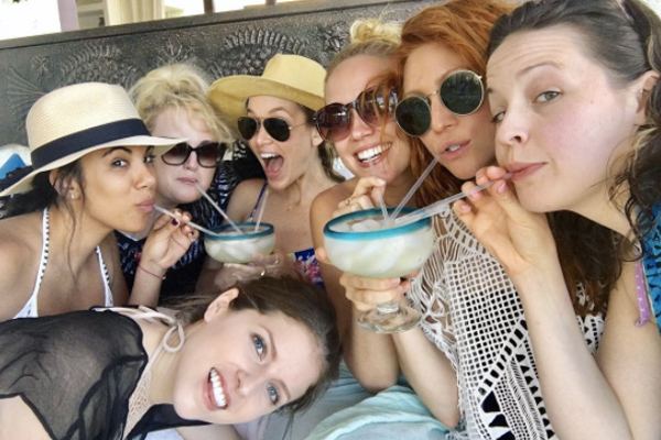"Anna Kendrick and the ""Pitch Perfect"" cast are on a tropical vacay together, and they are #SquadGoals af"