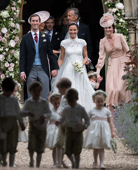 Kate 39 s wedding dress vs pippa 39 s which beautiful bride for Kate middleton wedding pippa dress