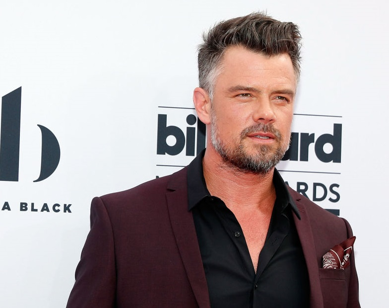 Josh Duhamel photobombed the Cyrus family at the Billboard Music Awards