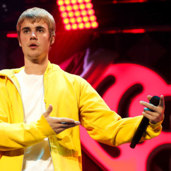 Justin Bieber just surprised this street performer while she sang on a curb