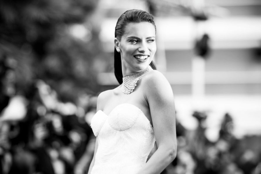 This is why single Adriana Lima wears a wedding band