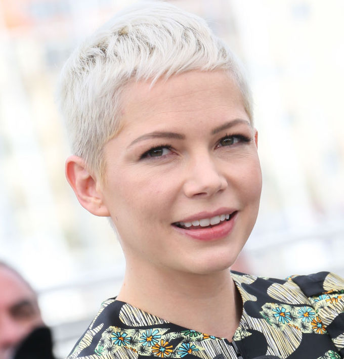 Michelle Williams is wearing the perfect ~cool European girl~ outfit at the farmer's market