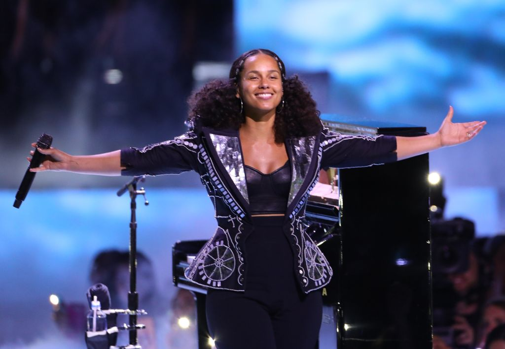 Alicia Keys now has bright orange and pink braids, and we're in love with her new look