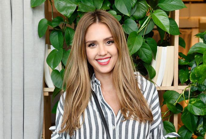 Jessica Alba's dusty pink maternity dress is on super sale right now
