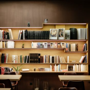 9 ways to organize your bookshelf that are Instagram gold