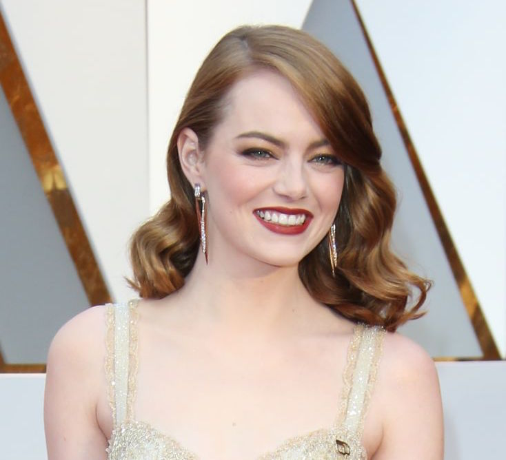 Emma Stone revealed her new hair length on the set of her new Netflix series