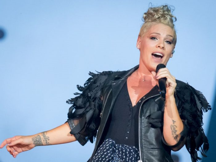 Pink Pumps Breast Milk In Hilarious #PumpUpTheJams Selfie
