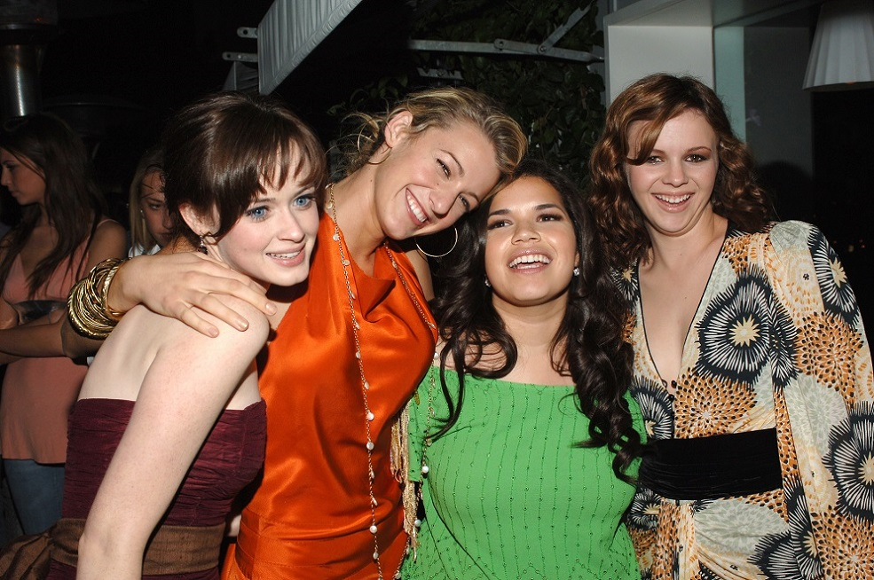 "America Ferrera was hilariously edited into this ""Sisterhood of the Traveling Pants"" reunion photo"