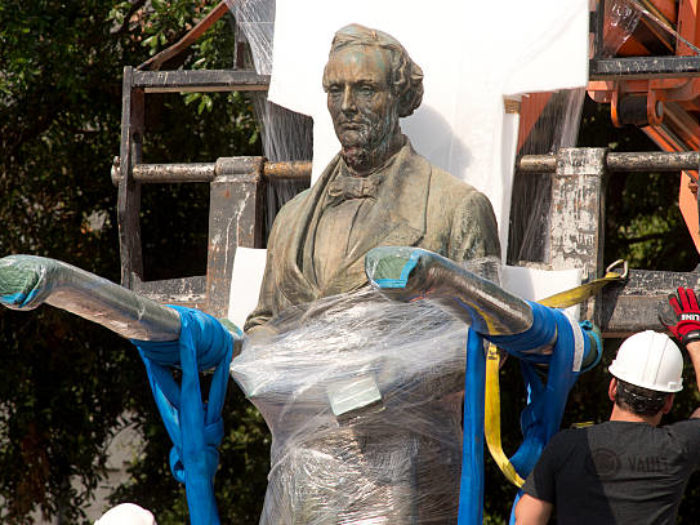 University of Texas removes four Confederate statues — BBCI