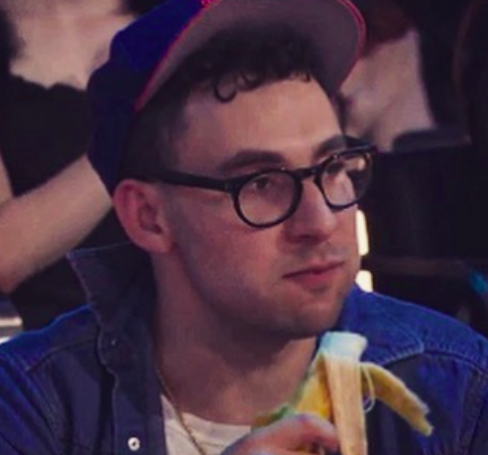 Jack Antonoff eating a banana at the 2017 VMAs is truly iconic