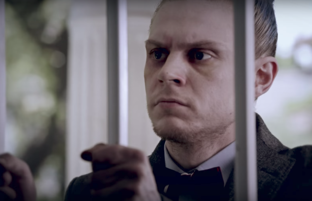 "Sarah Paulson refuses to let Evan Peters into her house in the trailer for next week's ""American Horror Story"""