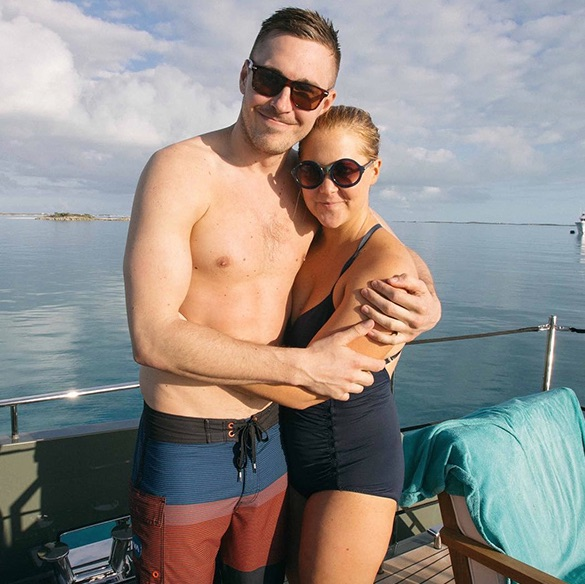 "Amy Schumer and her BF share the photos of adorable vacation—including a ""Bachelor""-themed date!"