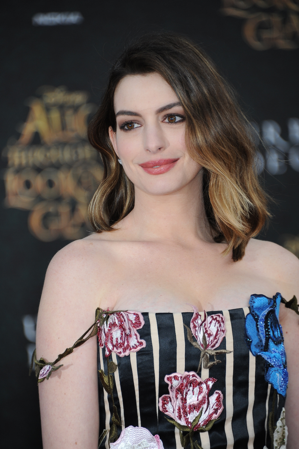 Anne Hathaway S Dress Is Perfect For This Quot Alice Through