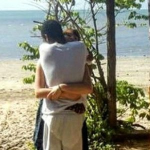 The internet doesn't understand who's hugging who in this insane optical illusion