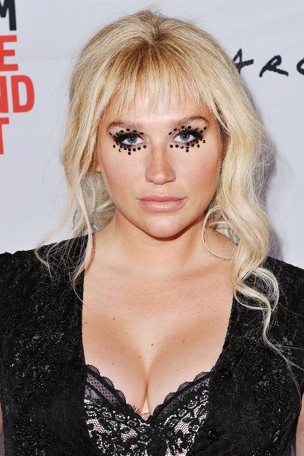 We Re Totally Swooning Over Kesha S Bedazzled Goth Eye Makeup