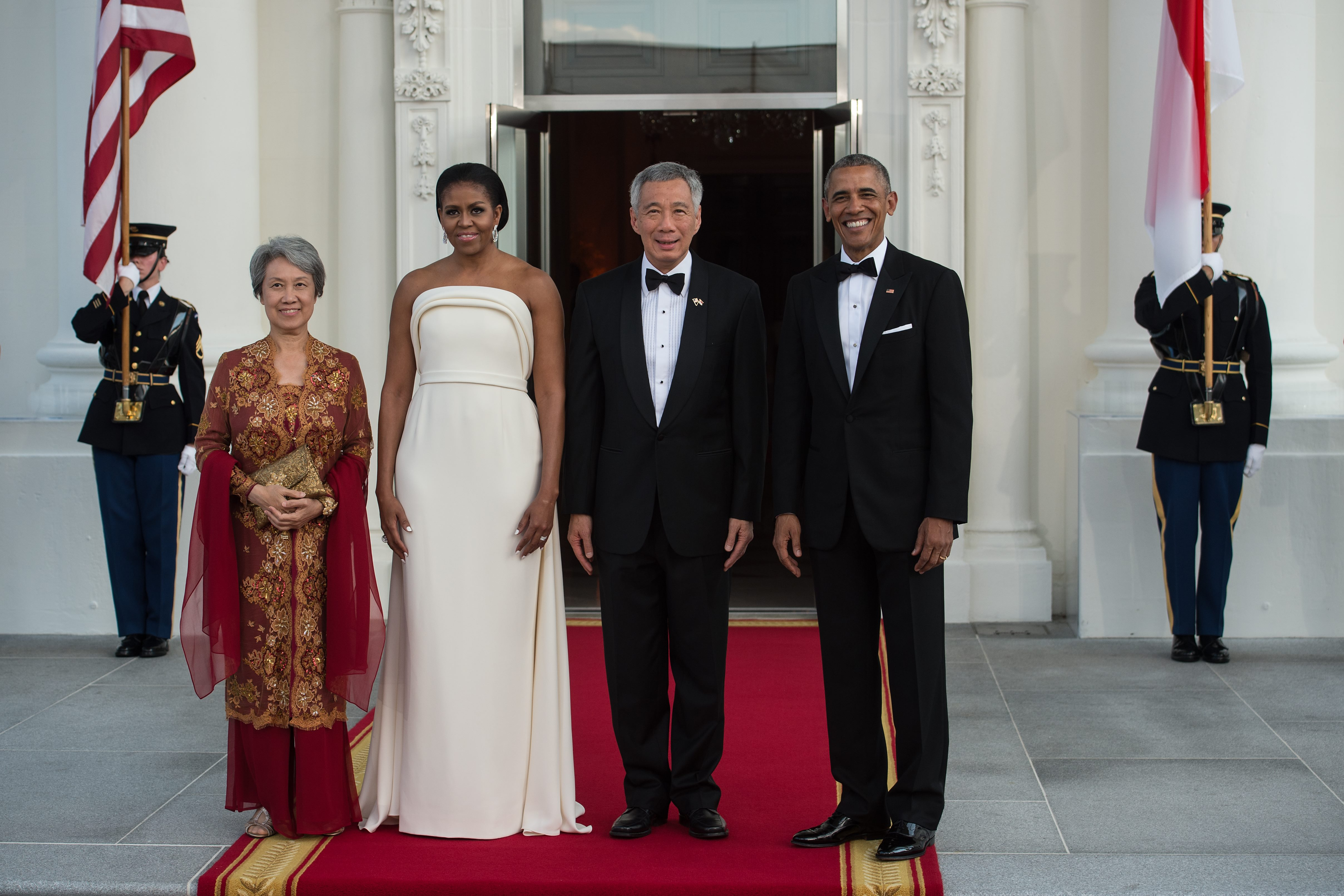 US President Barack Obama (R) and First Lady Michelle Obama (2nd L) greet Singapore's Prime Minister Lee Hsien Loong (2nd R) and his wife Ho Ching for a state dinner at the White House in Washington, DC, on August 2, 2016. / AFP / NICHOLAS KAMM        (Photo credit should read NICHOLAS KAMM/AFP/Getty Images)