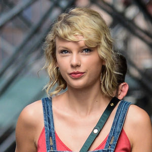 This is how to get Taylor Swift's super cute overalls lewk for your own