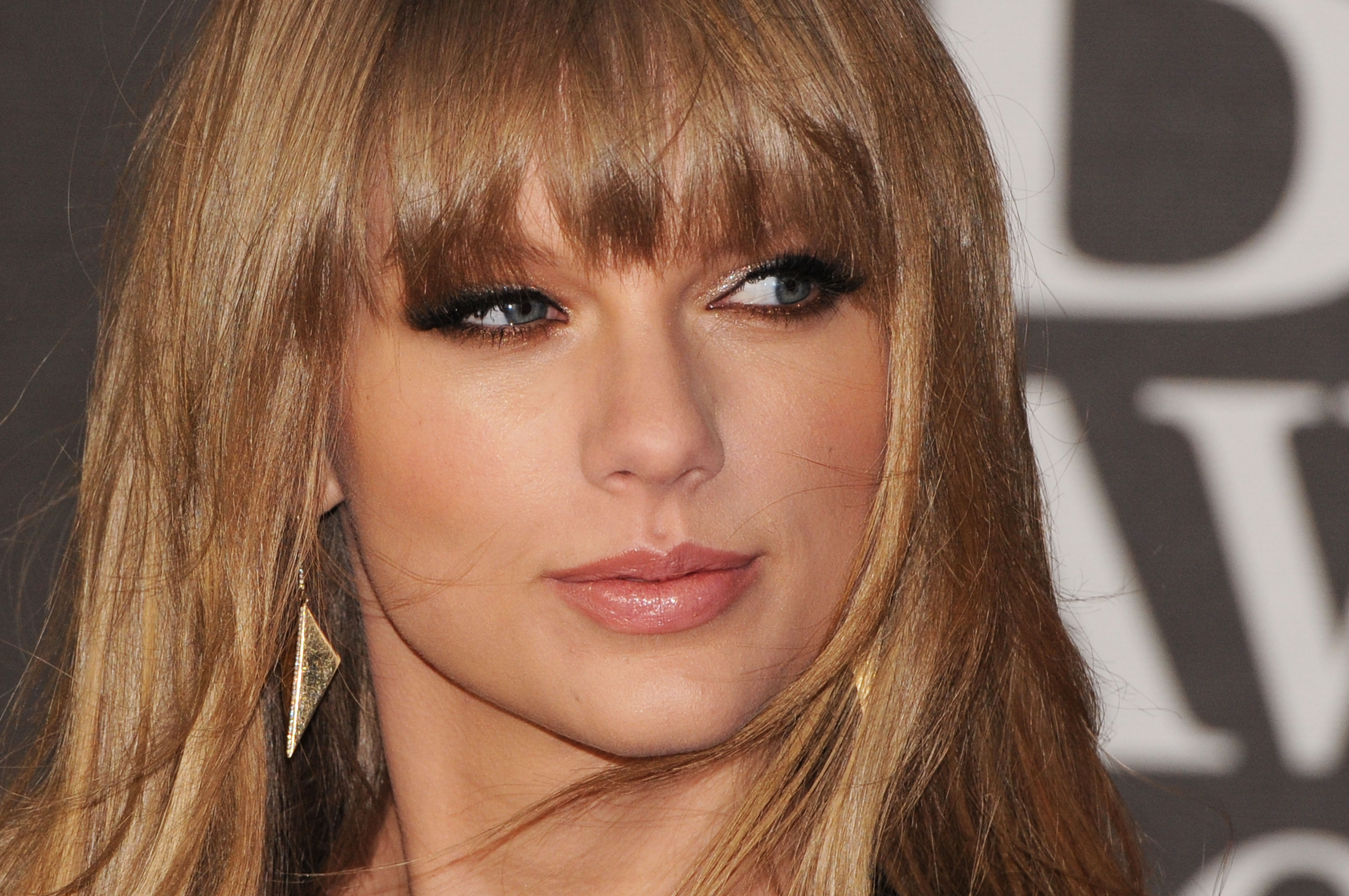 Taylor Swift is using rope as a belt for her dress, and we are copying this look pronto