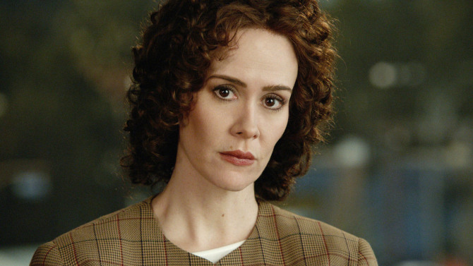 """American Crime Story's"" Sarah Paulson gave her Emmys date Marcia Clark the coolest prize of the night"
