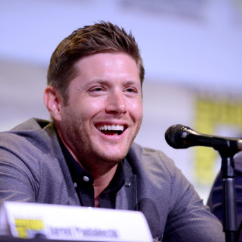 """This photo of """"Supernatural's"""" Jensen Ackles proposing to a 4-year-old has our hearts glowing"""