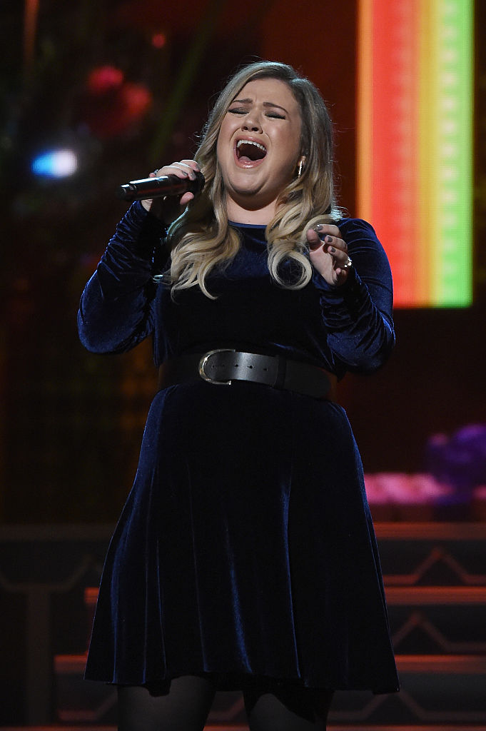 Kelly Clarkson showed us how to rock a holiday miniskirt in this ...