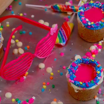 Oh snap, you need to try these '90s cookie cup vodka shots because they're ~all that~