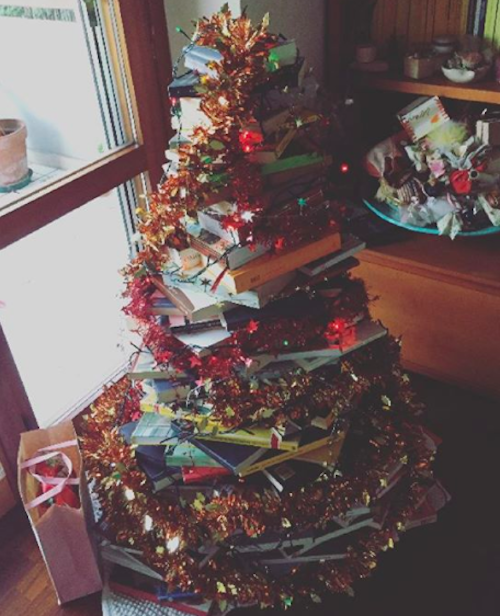 Here S How To Make A Christmas Tree Out Of A Stack Of