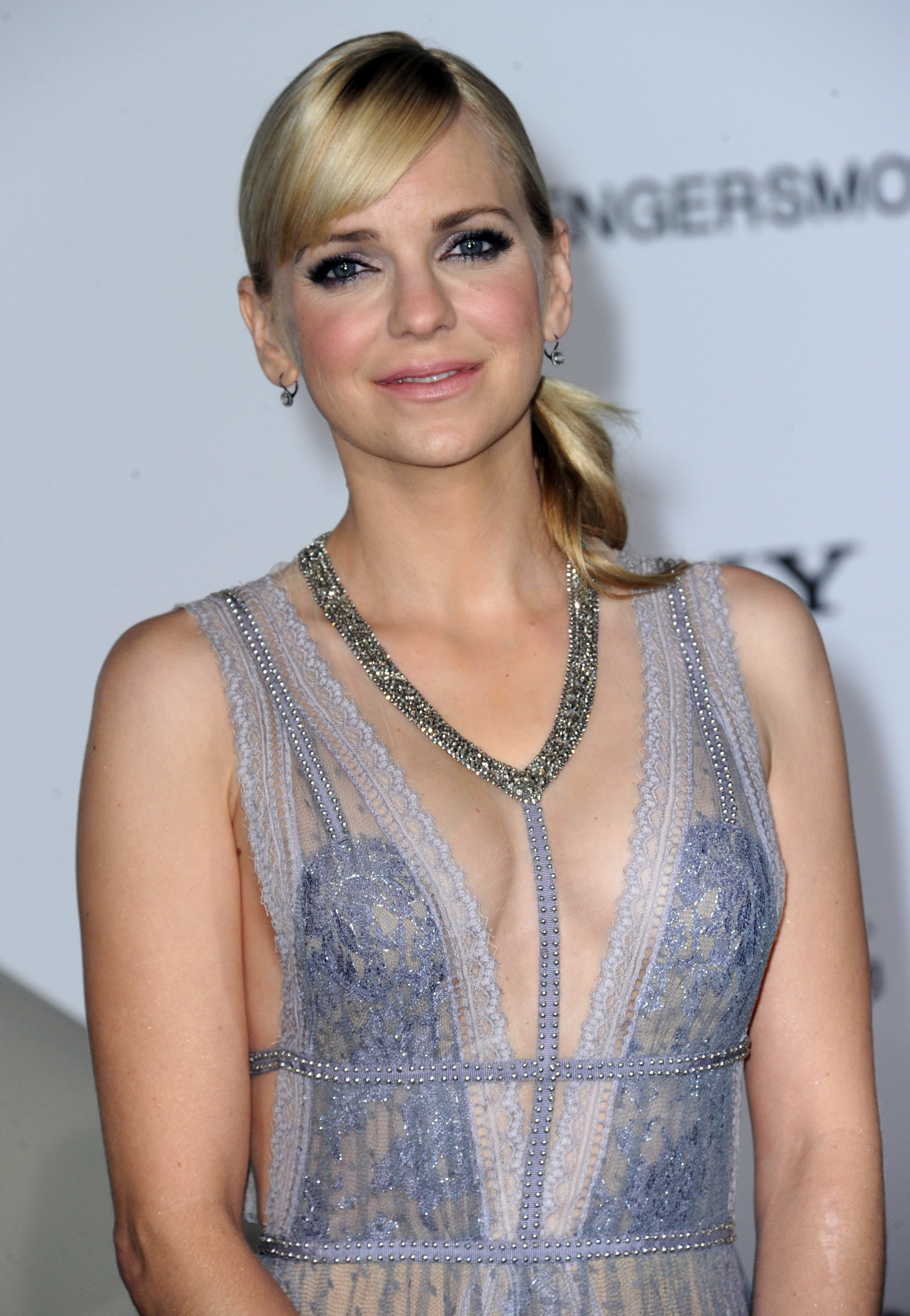 Anna Faris is giving us so many style goals in this sheer lilac gown with floral embellishments ...