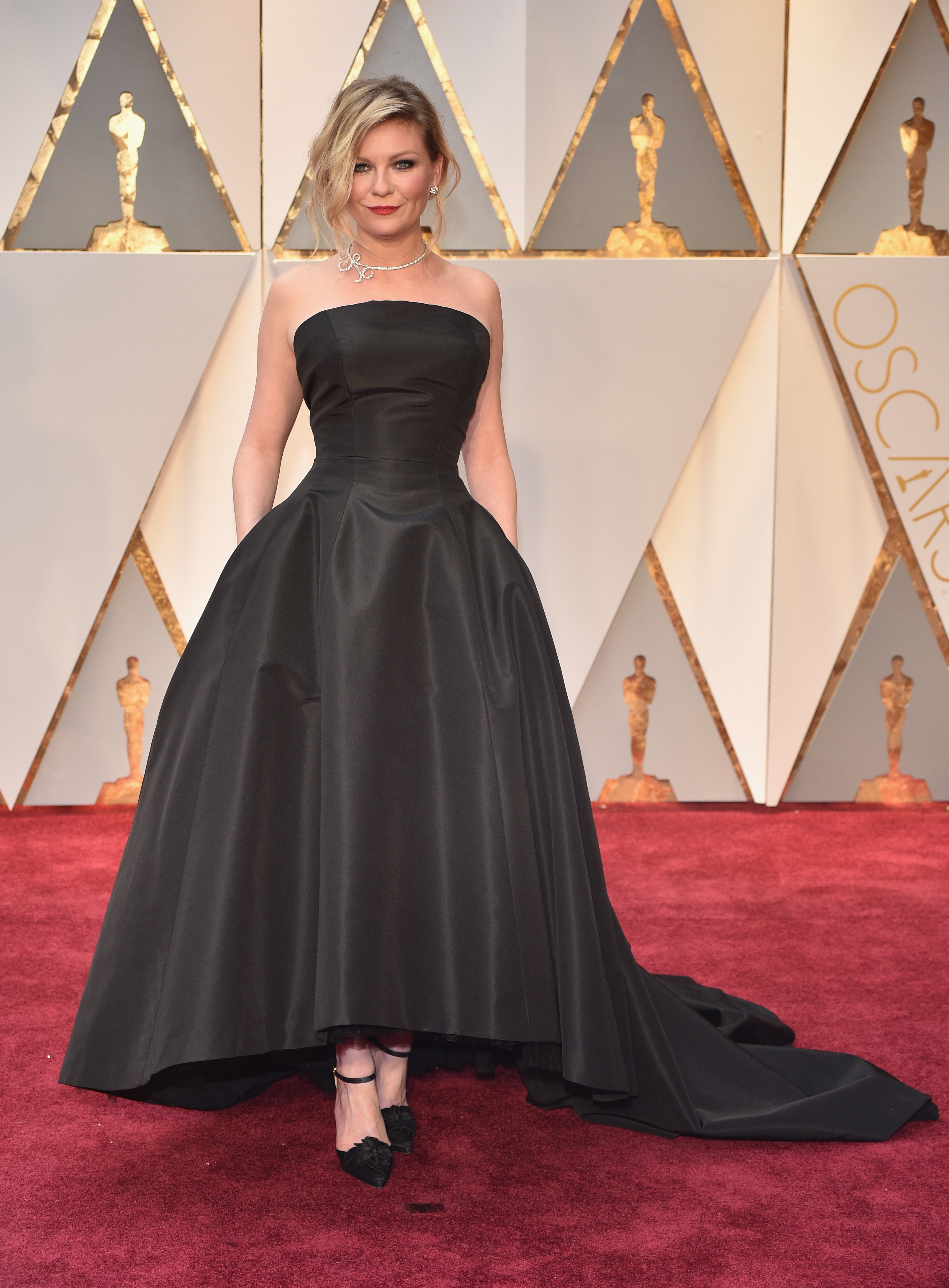 Kirsten Dunst S 2017 Oscars Dress Makes Her Look Like The