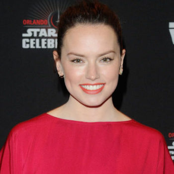 """Daisy Ridley's """"Star Wars"""" Celebration outfit perfectly matches the movie's new poster"""