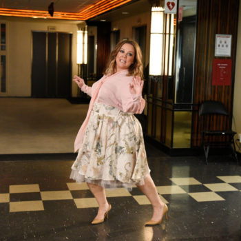 "Melissa McCarthy did a special Mother's Day tour of the ""SNL"" set for her monologue, and there was a llama (and Ryan Reynolds!)"