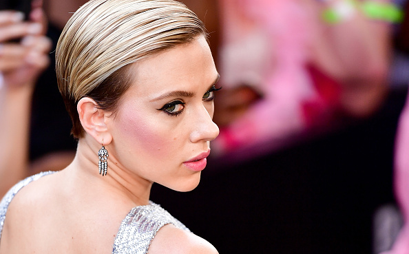 You Need To See This Video Of Scarlet Johansson Finally Realizing That Zac Efron Is Really Hot Hellogiggles