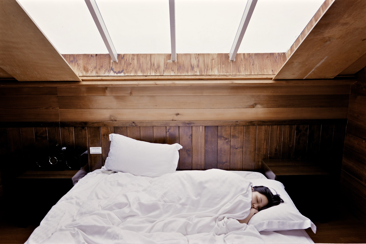 Sleeping in on the weekend may keep your body weight down