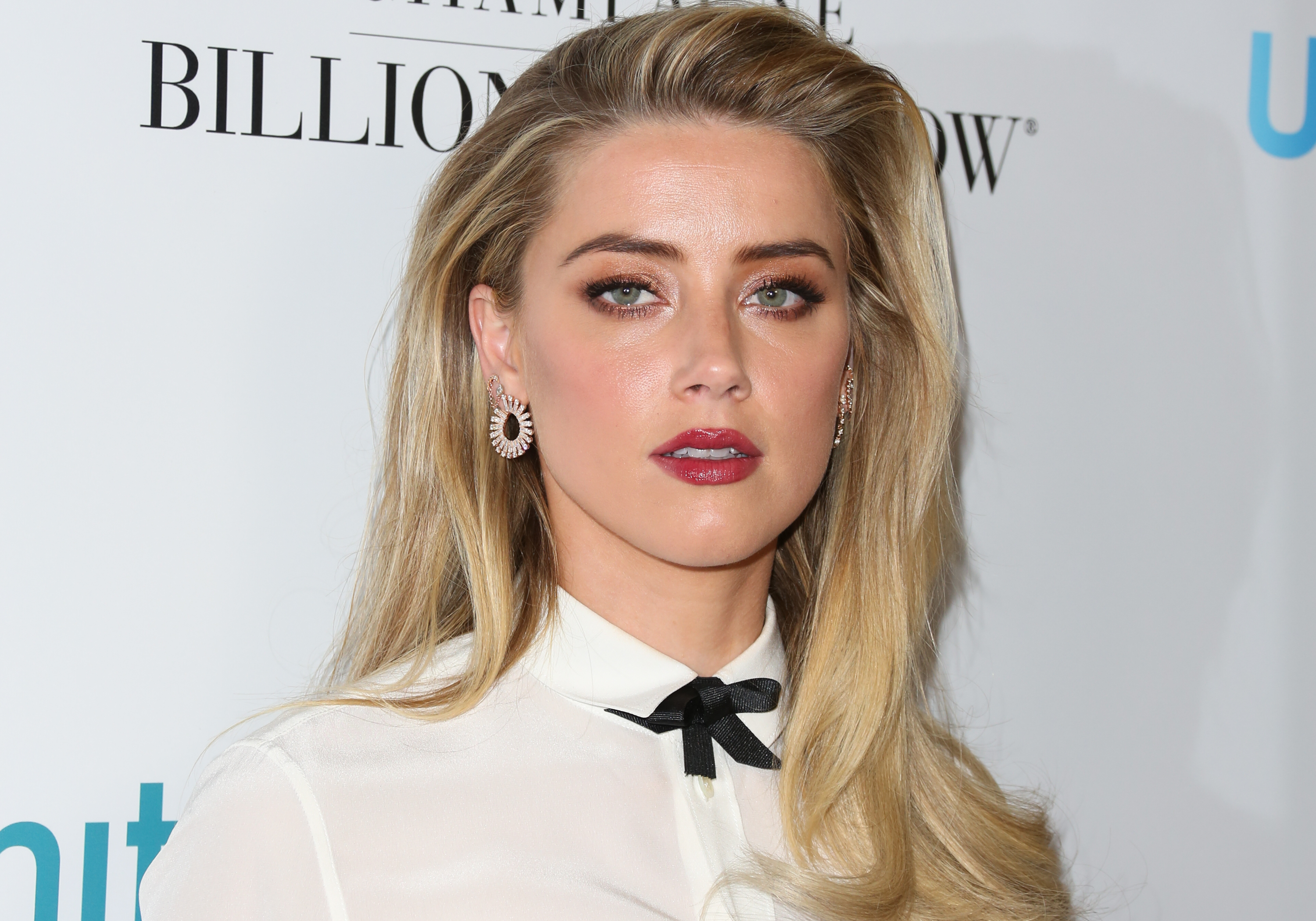 amber heard wore a swim cap to the aquaman premiere hellogiggles