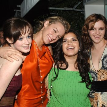 """America Ferrera was hilariously edited into this """"Sisterhood of the Traveling Pants"""" reunion photo"""
