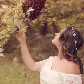 This woman covered herself in bees for her maternity shoot, and OMG