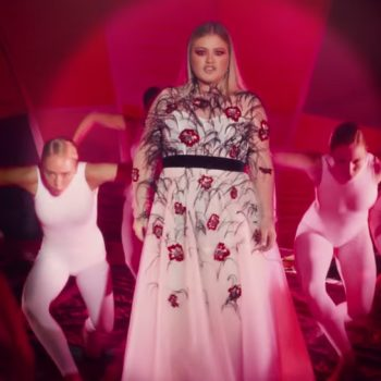 Kelly Clarkson's new single just dropped, and we can't stop watching the video