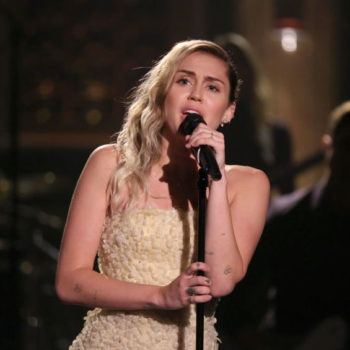 "Miley Cyrus sings ""The Climb"" to honor Las Vegas shooting victims"