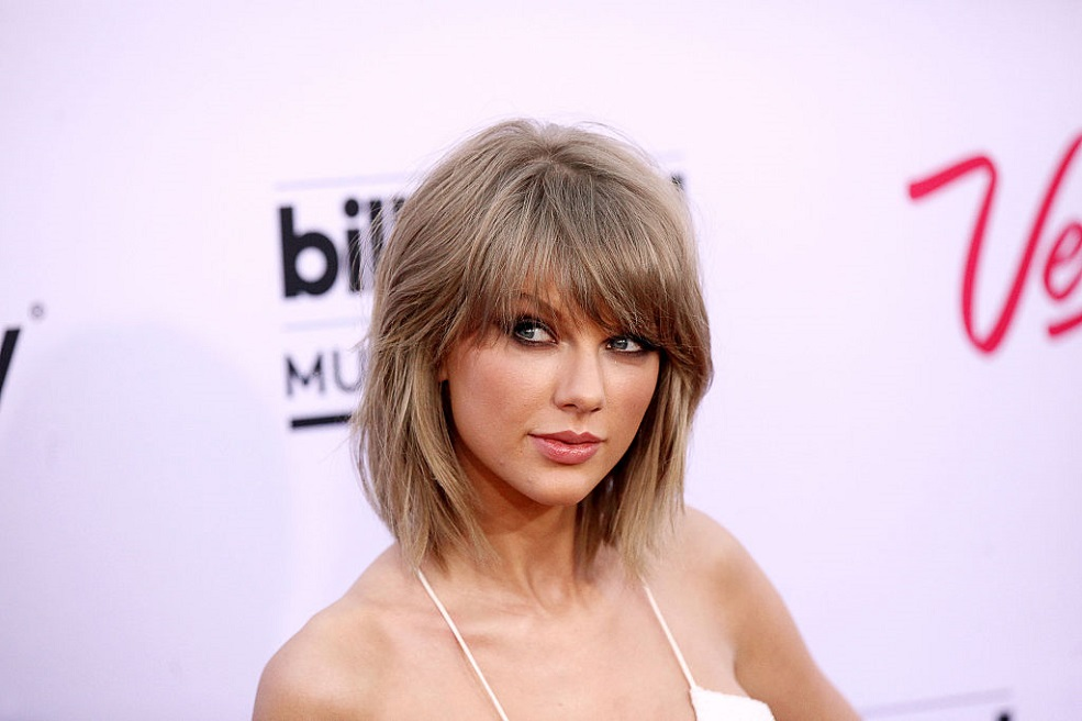 This Taylor Swift doppelgänger has us seeing double
