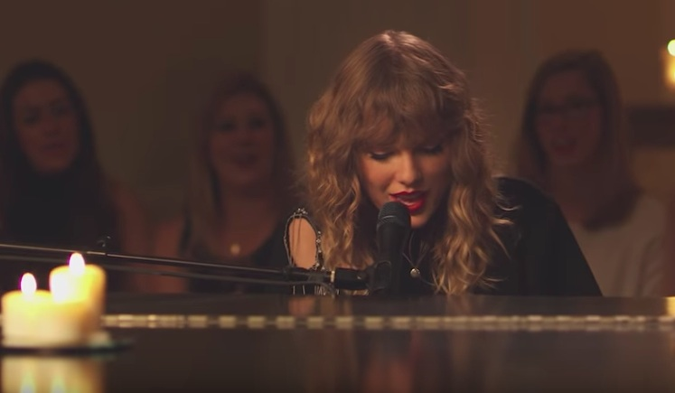 "Taylor Swift's intimate performance of ""New Year's Day"" will make you hella emotional"